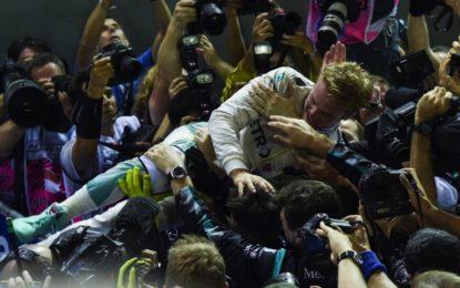 Rosberg vola nel GP di Singapore e ritorna in vetta inseguito dal brivido