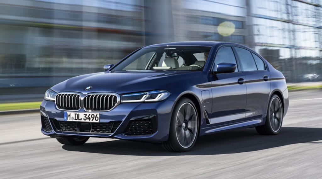 """La BMW Serie 5, sia nella versione berlina che in quella Touring, si """"rifà il trucco"""" e introduce anche importanti novità tecniche"""