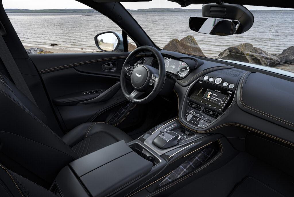 Interni della Aston Martin DBX nella Bowmore Edition