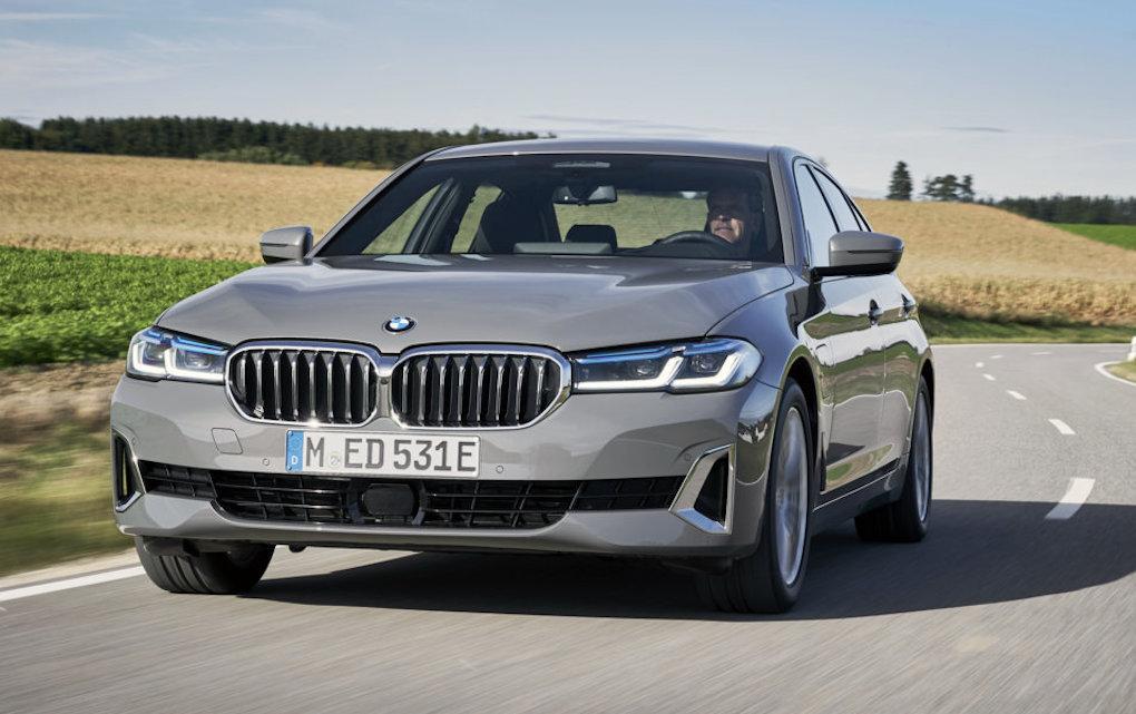 BMW Serie 3 e Serie 5: debuttano le versioni plug-in entry-level