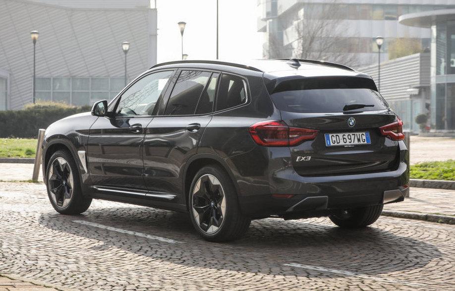 Con la BMW iX3 i rifornimenti rapidi di energia sono a portata di mano