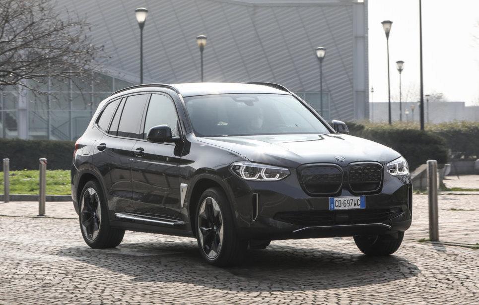 Test su strada dell'ultima nata BMW iX3 nel segmento dei SUV con motorizzazioni elettriche.