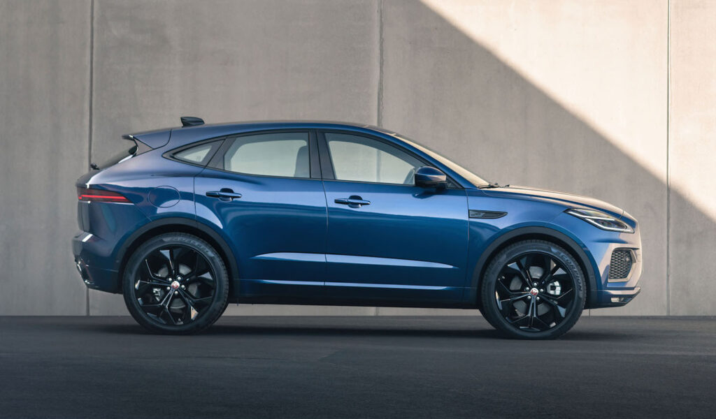 La Jaguar E-Pace R-Dynamic Black Edition è disponibile abbinata sia ai motori diesel che alle unità a benzina