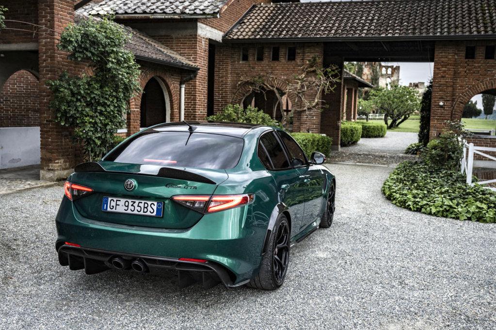 La nuova Giulia GTA è immediatamente riconoscibile per la caratterizzazione esclusiva estetica e funzionale,