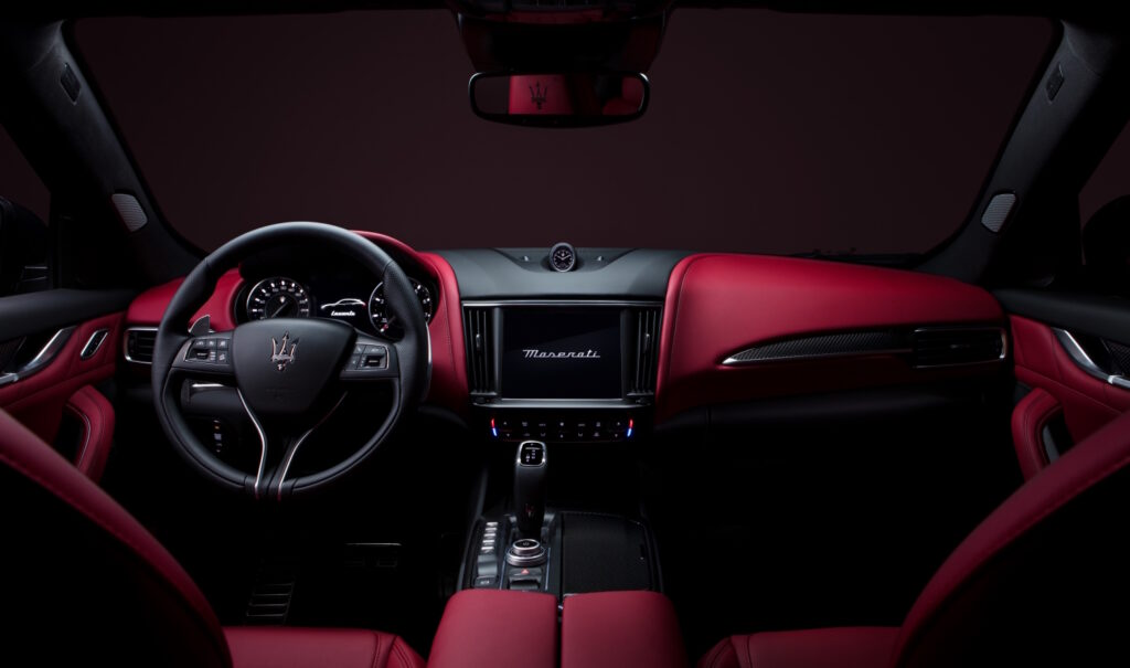 L'allestimento Maserati Modena S prevede, invece, la caratterizzazione Nerissimo Pack e le pinze dei freni rosse.