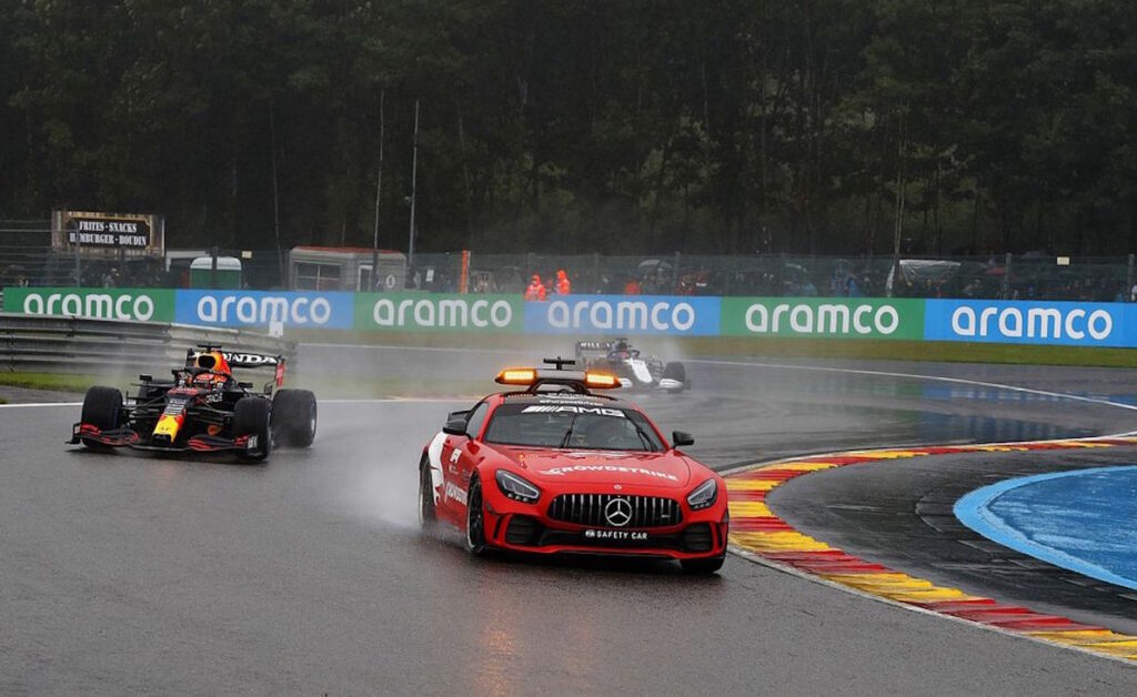 Al GP del Belgio i piloti si sono accodati dietro alla safety car sempre all'insegna di una pioggia incessante