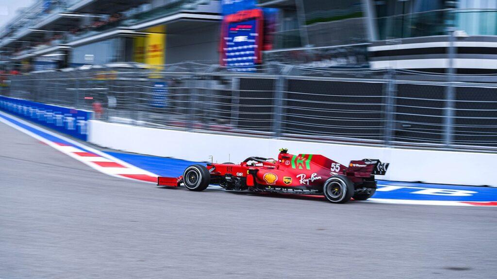 Carlos Sainz terzo sul podio a causa condizioni meteorologiche avverse che GP di Russia hanno scompaginato le graduatorie nella fase finale della gara.